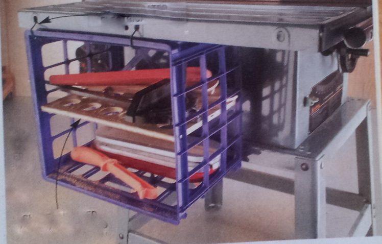 קופסאות חשמל לאחסון שונות וארגז פלסטיק שתלוי באזיקונים מתחת לשולחן העבודה