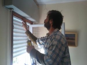 איטום מרווחים בין משקוף לחלון