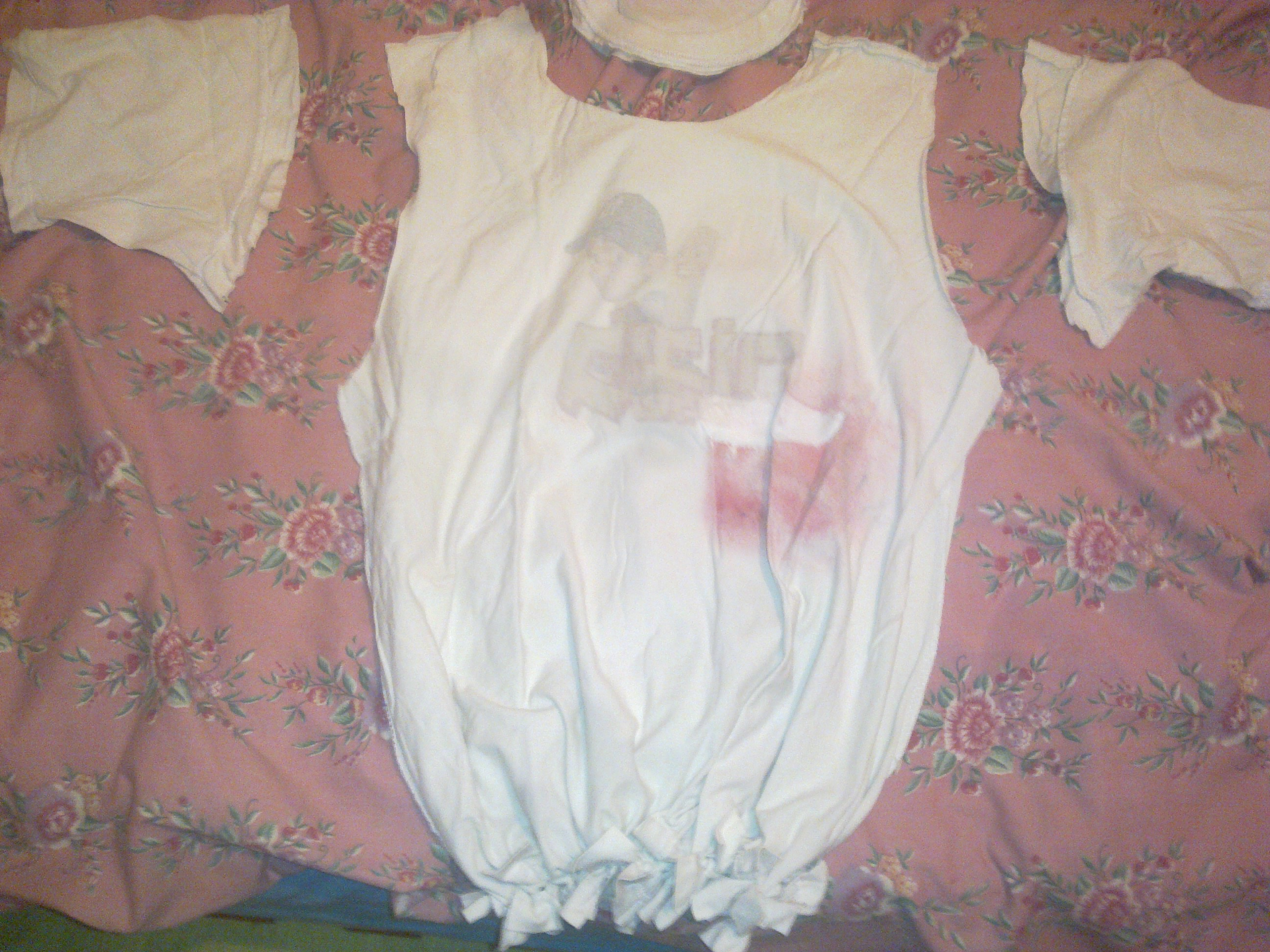 הרצועות בתחתית החולצה קשורות לכדי שק