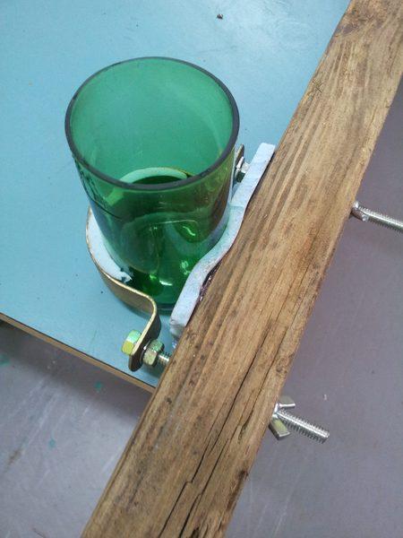 הכוס עומדת בקליבה, יוצרת לחץ על הדבק