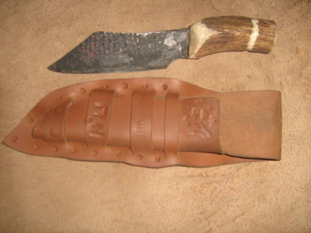 הסכין הידית והנרתיק מוכנים.