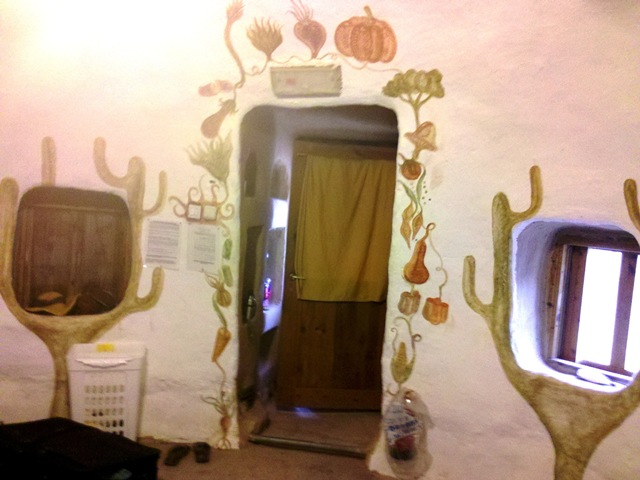 """קירות עשויות מבאלות קש שמצופים בוץ ולאחר מכן נצבעו ב""""משחת קמח"""". ולאחר מכן, נצבעו בצבע אקרילי לבן (בתוך כיפה באקו קמפוס – קיבוץ לוטן)"""
