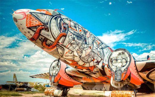 מטוס צבאי שהפך לפסל סביבתי