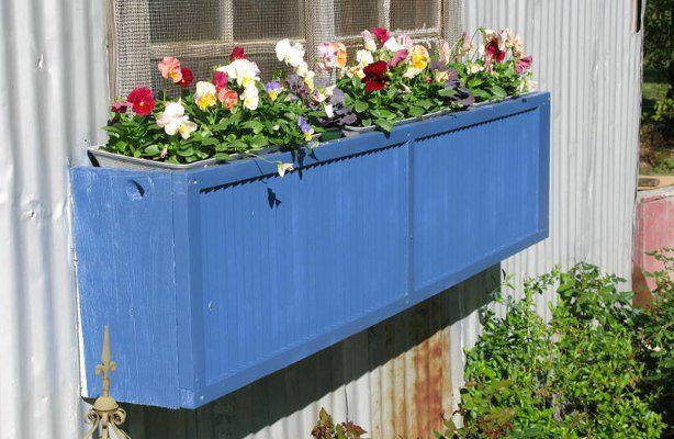 ארגז צבאי ישן משמש כאדנית פרחים