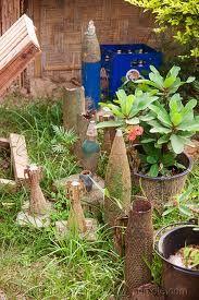 גינת ירק עם פסלי גינה- אולי זה במקום גמדי גינה או דחליל, בטוח שזה מפחיד את הציפורים