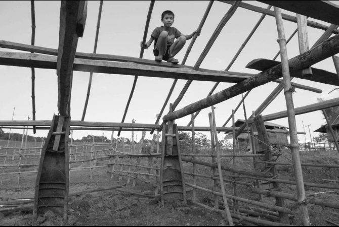 עמודי תמיכה לבית מפצצות אמריקאיות ישנות- בית נוסף בתהליך הבניה