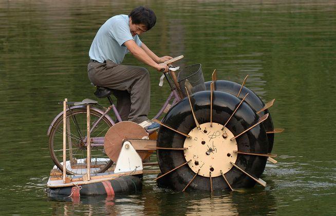 סירת אופניים עם פנימיות של משאית- הקשר הצבאי הוא הפנימיות שהגיעו ממשאית צבאית, כל השאר זהו כישרון של החקלאי הסיני.