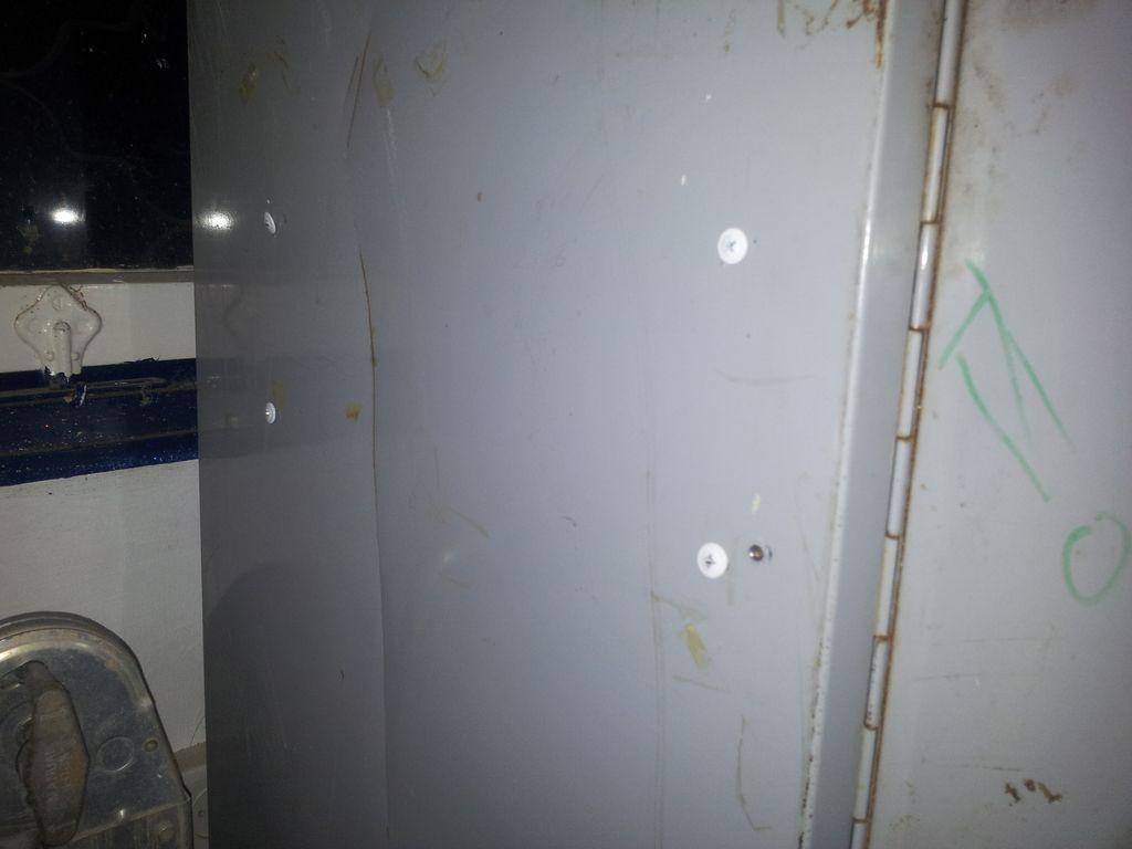 ברגים קודחים בצד הארון