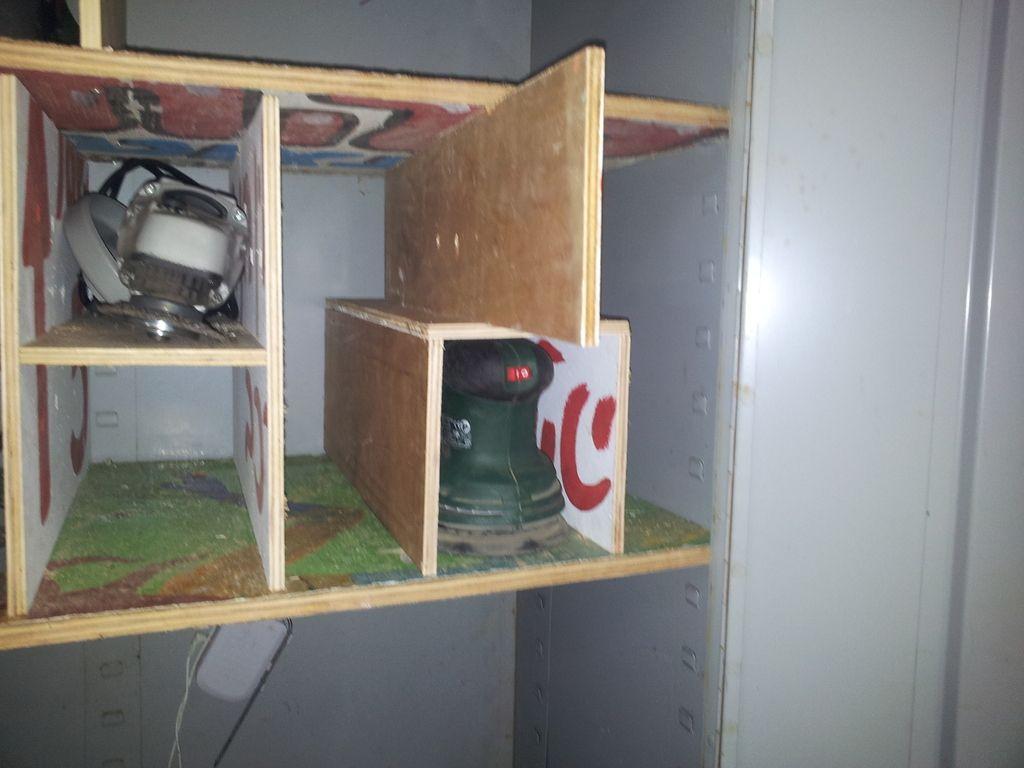 כך אפשר להבריג את הקופסא  למדף התחתון, באמצעות הדיקט הזמני האנכי