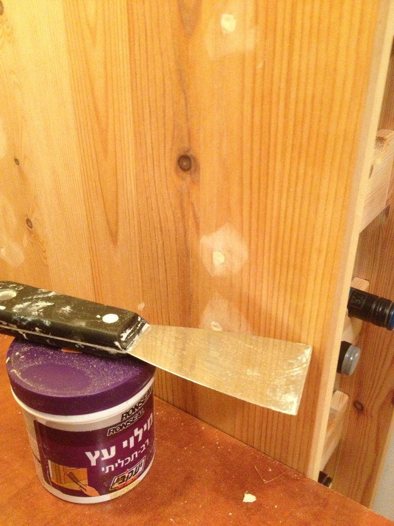 סתימת החורים של הברגים בעזרת שפכטל עץ, חומר זול שניתן לקנות בכל חנות כל בניין.