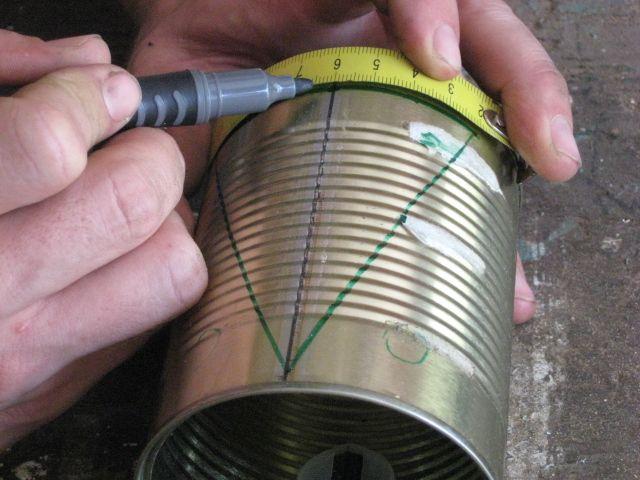 """נסמן קווים לחיתוך, ניתן להשתמש במסקינטייפ או במטר עצמו לקבל קו ישר. רוחב המשולש הוא 10 ס""""מ."""