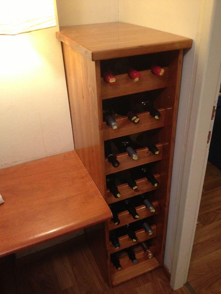 Wine Rack התוצר הסופי: והמלא, כעת כל שנשאר הוא למלא במספיק בקבוקי יין עד מבצעי ראש השנה.