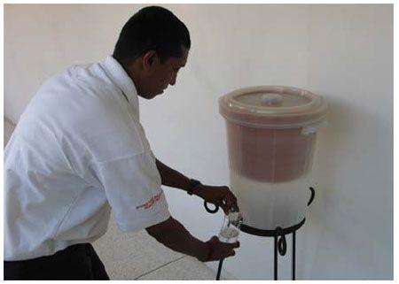 מסנן כד חימר קפה מוכן לשימוש: זוהי הגרסא הסופית של הצלב האדום.