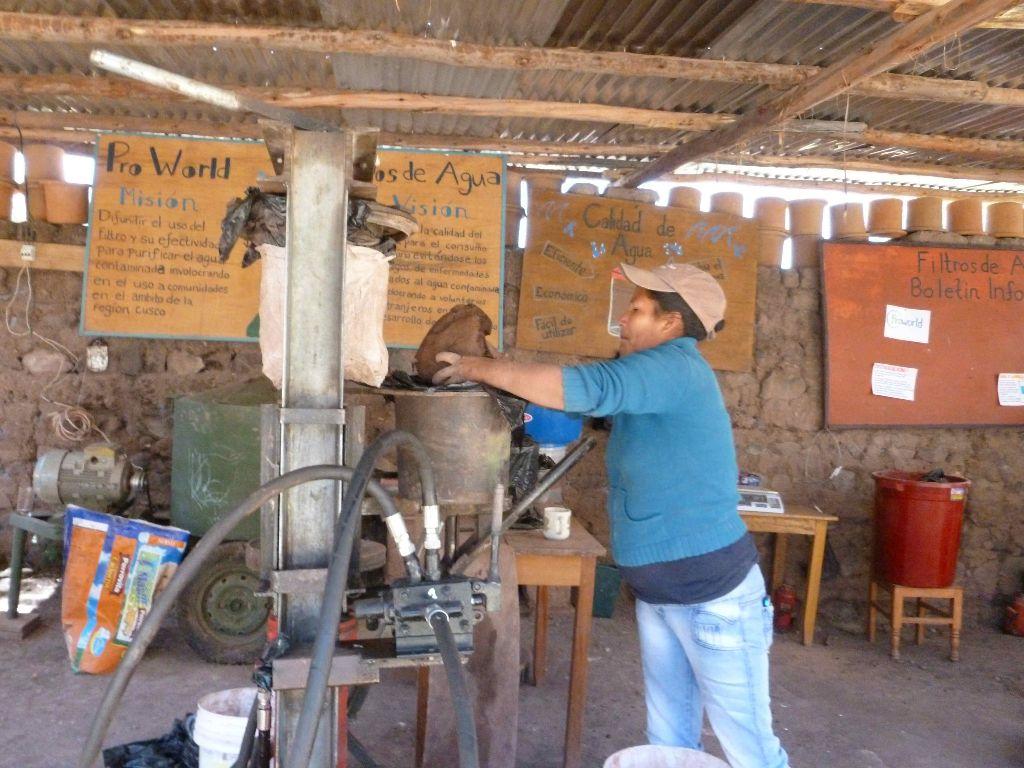 אישה מקומית בבית מלאכה (והדרכה) בו מכינים את הפילטרים