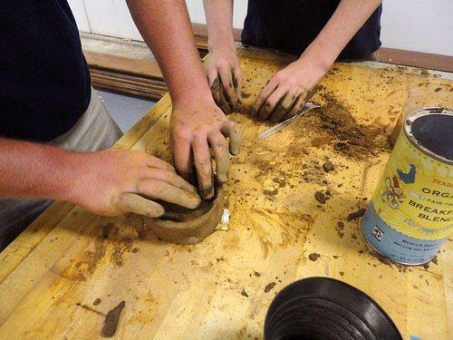 ערבוב חימר וקפה ביחס 1:1 : ערבוב של החימר עם החומר האורגני (קפה או מוץ)