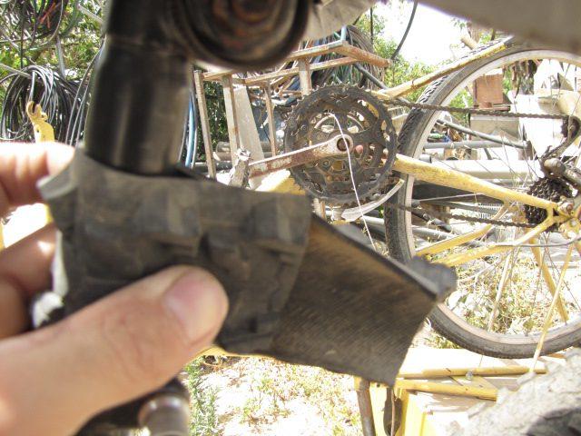 מלבישים על צינור כיסא האופניים כדי למדוד איפה לקדוח את החורים