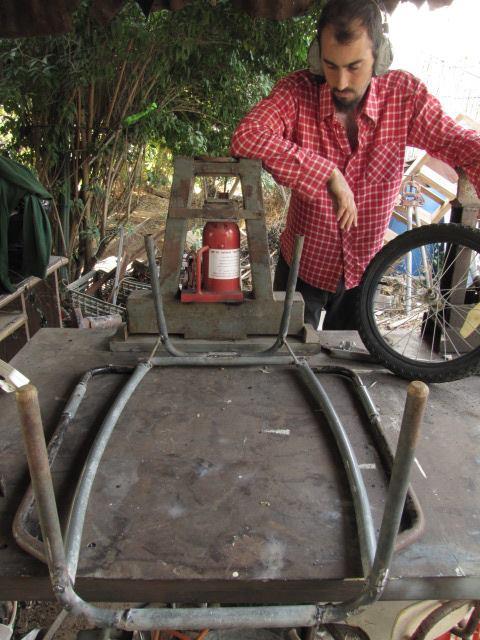 הגלולה הכחולה, הפוכה על הגב, ובצדדים המסגרות לגלגלים