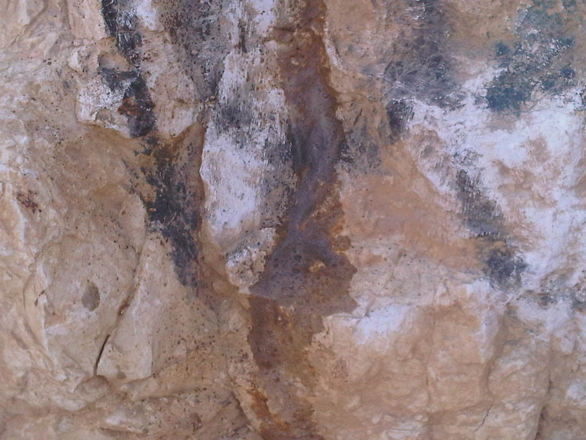 חומצה חזקה בפעולה- פשוט ממיסה את הסלע תוך כדי מחיקת הגרפיטי
