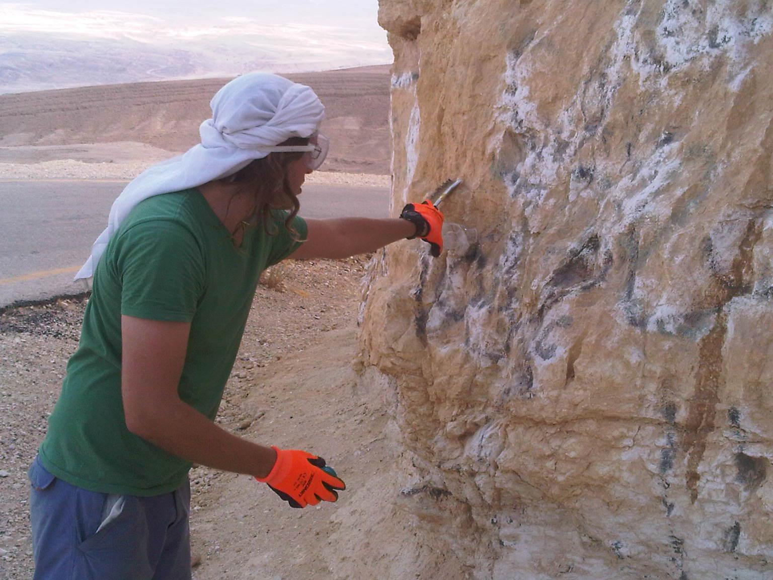 שימוש בחומרים מסוכנים- אין לי ביגוד מתאים אך לכן אני שופך תוך פחד רב ושמירת מרחק (בכל זאת לא תיקני) מחיקת גרפיטי במדבר