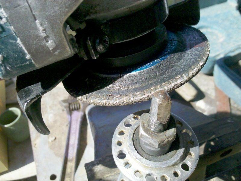 להשתמש במשחזת (דיסק) כדי לייצור צורה ריבועית מדוייקת שיתחבר לתחתית הקנקן
