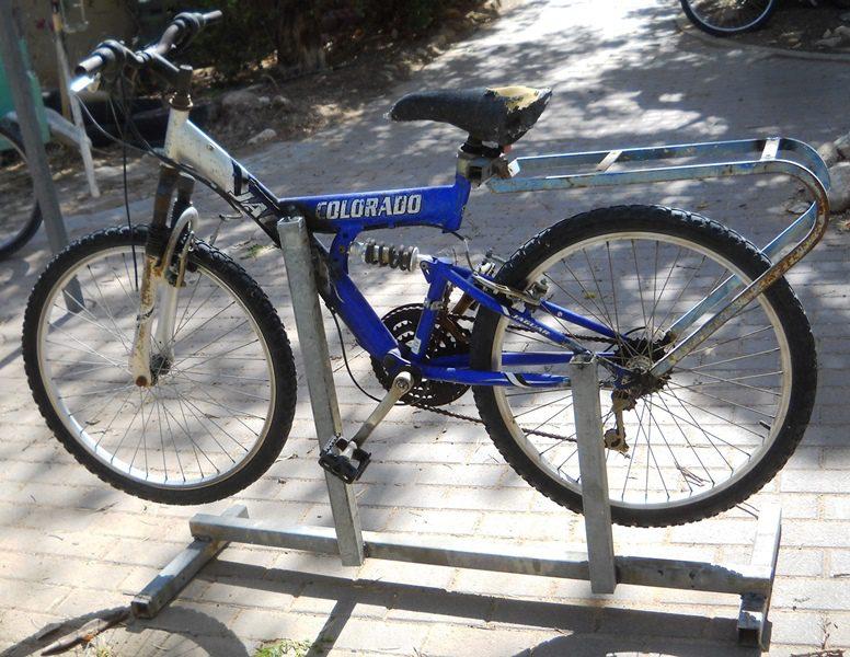 אופניים ישנות רותכו על מתכת ישנה כבסיס יציב לקרקע