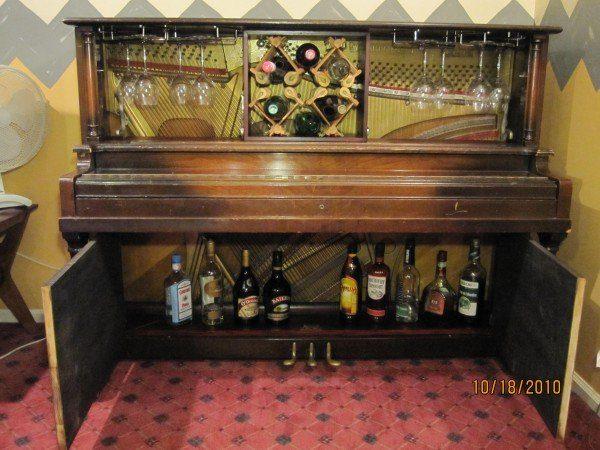 פסנתר ישן כארון משקאות