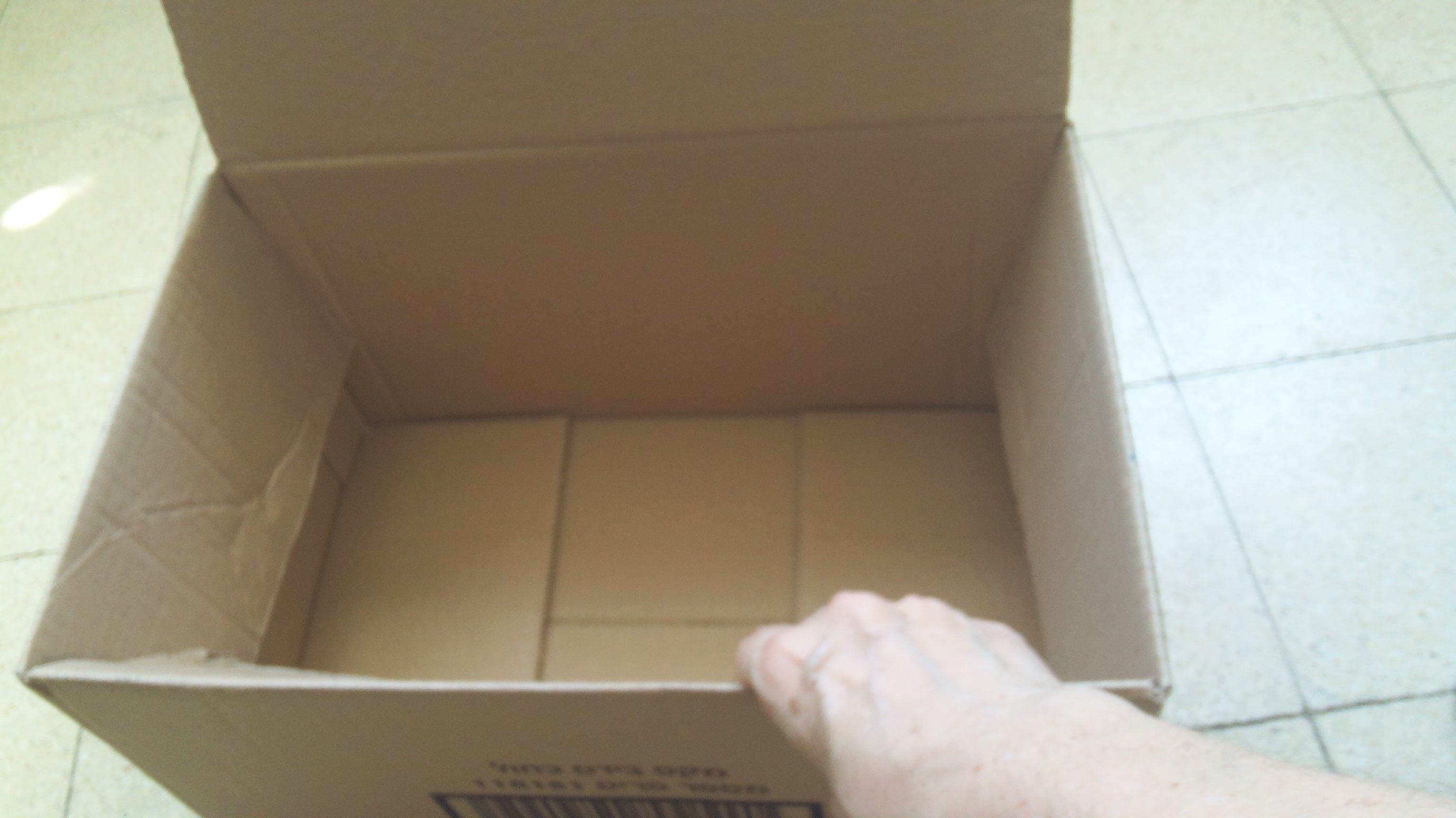 """מקפלים פנימה את 4 ה""""כנפיים"""" הסוגרות את הקופסא מלמעלה"""