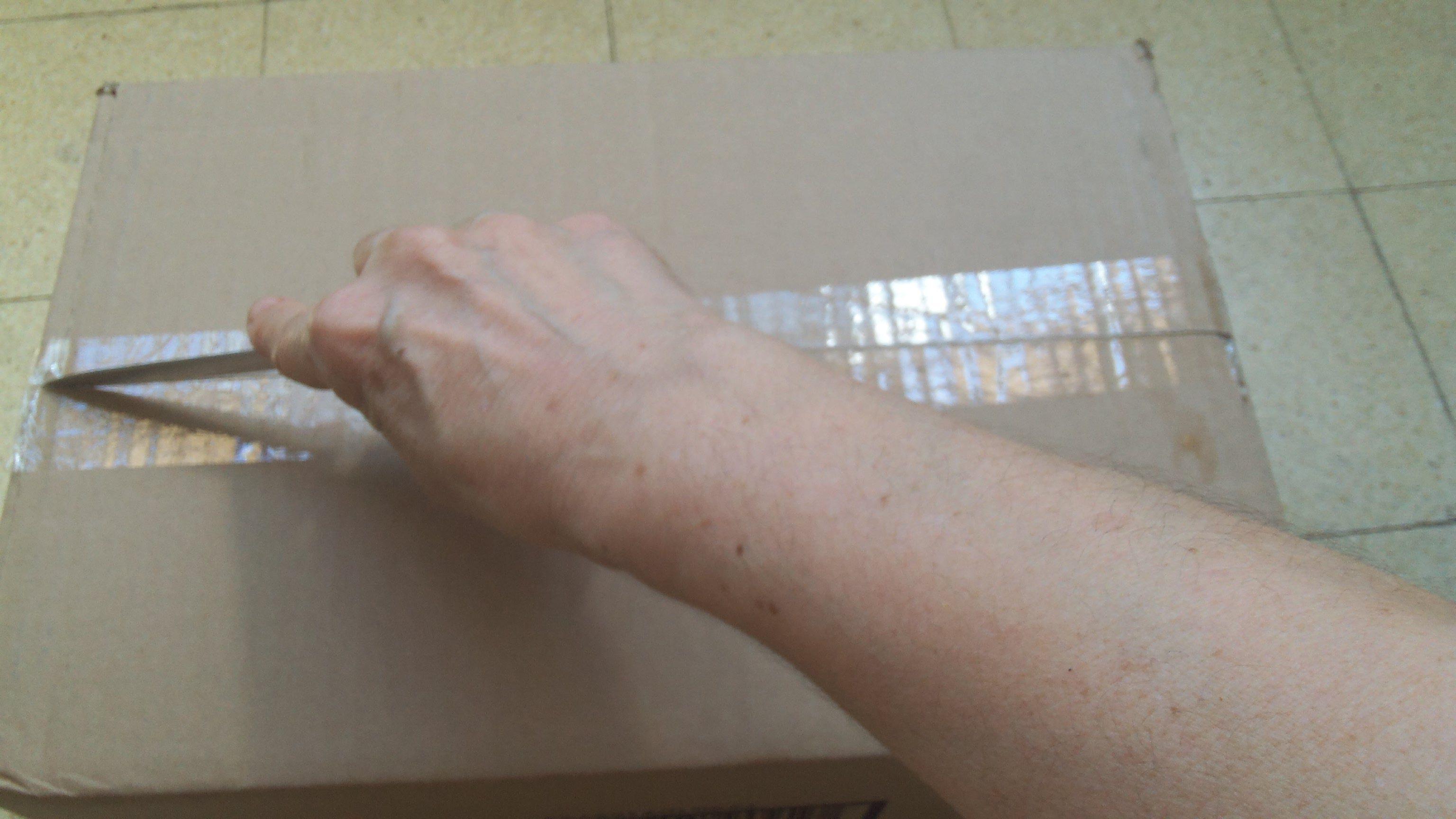 מפרקים את תחתית הקופסא, המחוברת עם נייר דבק