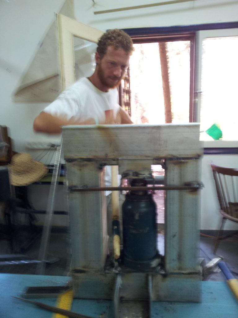 דניאל עובד עם הג'ק. תמונה מהצד האחורי