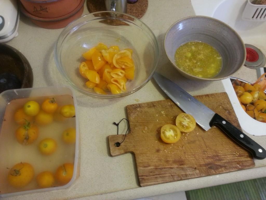 את הפירות נחתוך באמצע (עדיף בחתך רוחבי שלא ישפריץ)