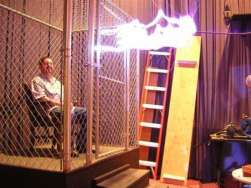 כלוב פרדיי- חלל מתכת סגור שקרינה לא נכנס פנימה וגם לא יוצאת החוצה (בדומה לזרם בתמונה)