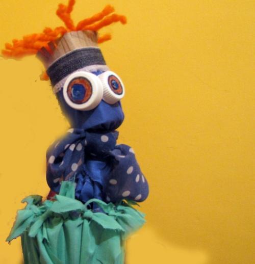 """מכניסים את הבובה עם המקל לתוך הבקבוק ו... מתחילים בהופעה! הבובה יוצאת ונכנסת מה""""בית"""" שלה. לפעמים מתביישת ולפעמים רוקדת ושרה."""