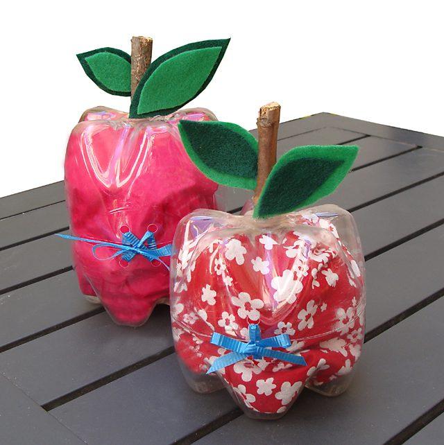 תפוחים ממולאים מבקבוקי פלסטיק