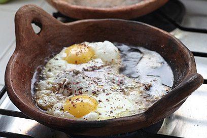 מחבת חרס. אפשר לטגן בה ביצים למשפחה שלמה.