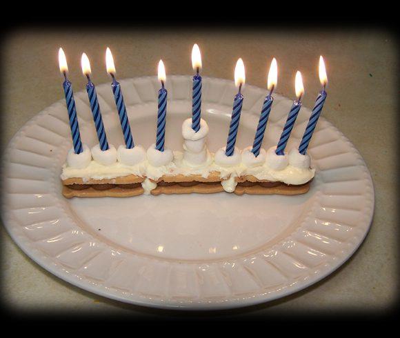 חנוכיית עוגה- גאוני בטירוף! גם לא דליק וגם לעוגה יש טעם של שאריות נורות יום הולדת מפעם