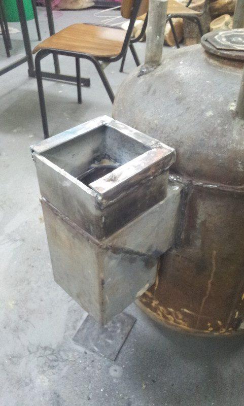 וריתכתי את תא האפר (הפוך) אל תחתית צינור ההזנה