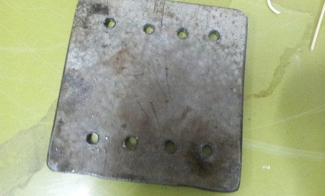 לקחתי את הלוח שהכנתי כמכסה עליון לתא האפר וחוררתי בו שמונה חורים בשתי שורות קיצוניות