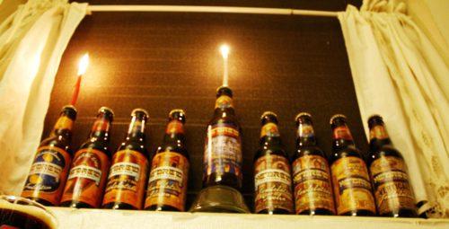 """חנוכיית בקבוקי בירה- סגנון ה""""אמא התקשרה והזכירה לי שחנוכה היום ושצריך להדליק נרות, ולכל הרוחות אין לנו חנוכיית בדירת סטודנטים..."""""""