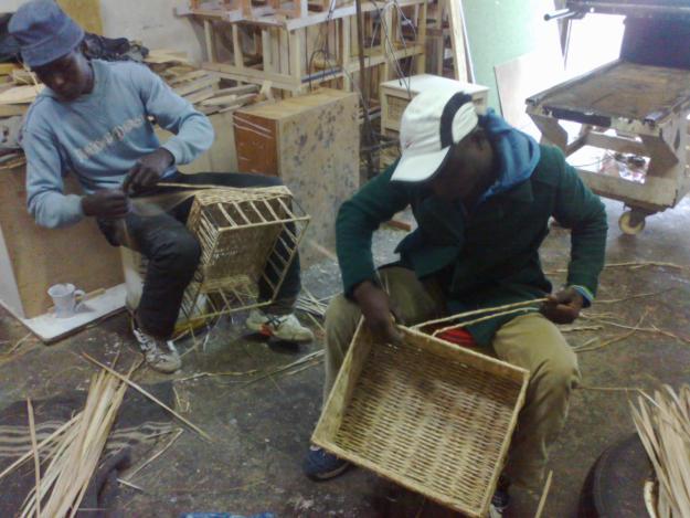 איבוד פרנסה מסלי קש במלאכת יד בעקבות פתיחת מפעל יעיל יותר מעבודת היד