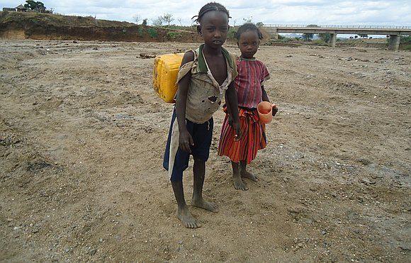 ילדים אפריקאים שנפלו בפער בין העולם המסורתי לעולם המפותח
