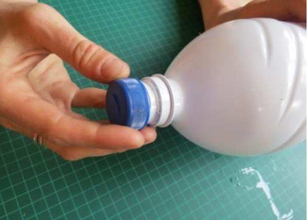 הבריגו את הפקק לבקבוק הגידול כאשר השפיץ מכוון לאחור (בכיוון הנגדי לפתח הגידול)