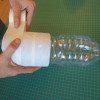 עיטפו את חציים התחתון של 8 בקבוקי הגידול במסקינטייפ
