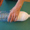 חיתכו את בקבוקי הגידול באמצעות סכין יפני דקה בתנועת ניסור, או לחלופין התחילו עם הסכין והמשיכו את החיתוך עם מספריים