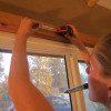 """סמנו על הקיר או התקרה נקודות לקידוח. כך שעמודות הבקבוקים ימוקמו במרכז חלון מואר. מרחק מומלץ בין הווים -12 ס""""מ, כרוחב הבקבוק"""