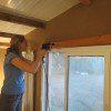 """קידחו 4 חורים בקיר או בתקרה עם מקדח 7 מ""""מ לבטון והכניסו דיבלים בהתאמה"""