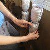 תלו את הבקבוקים מלמעלה למטה. שימו לב שפתח הגידול פונה לכיוון החלון ופתח מילוי המים והדשן פונה לכיוון פנים הבית