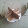 שכבת קרטון בצורת דיסקית עם X במרכזה