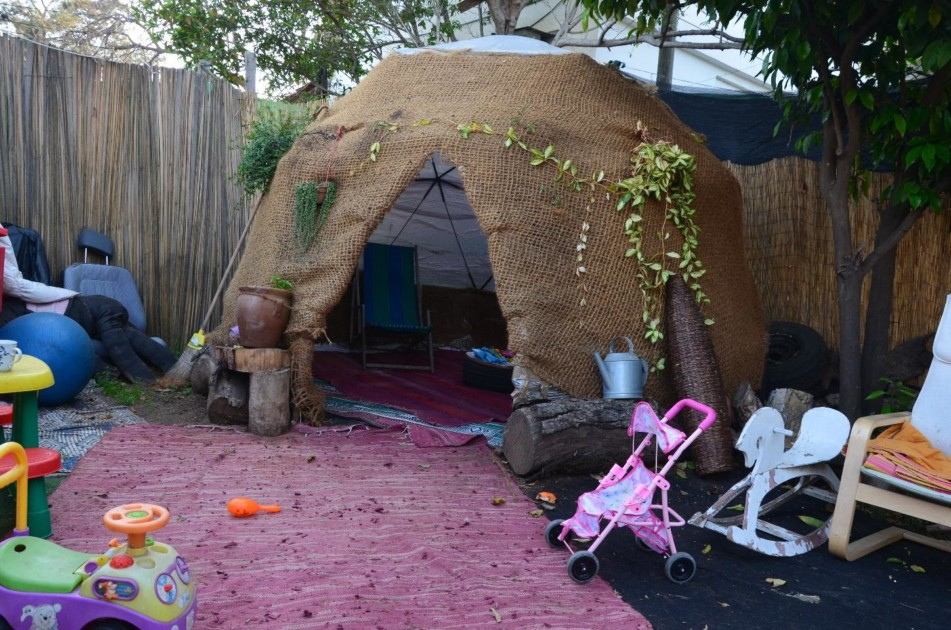 הכיפה בחצר הבית כחדר משחקים ויצירה