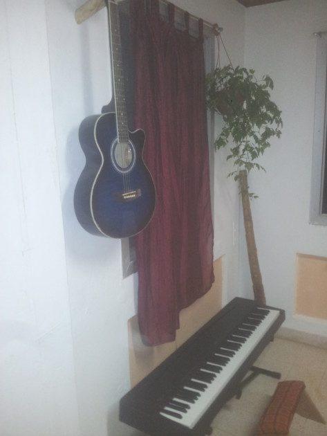 הגיטרה תלוייה בפינת המוזיקה