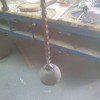 השרשרת המרותכת לכדור הברזל יוצרת את הענבל